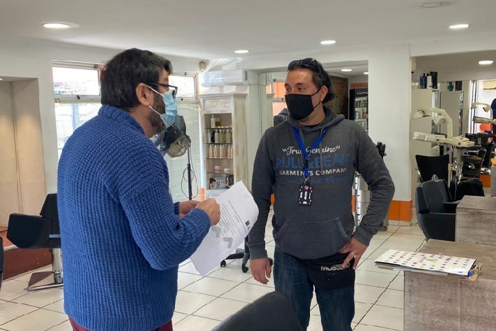 Inspector sanitario de comuna visita una peluquería para corroborar medidas sanitarias
