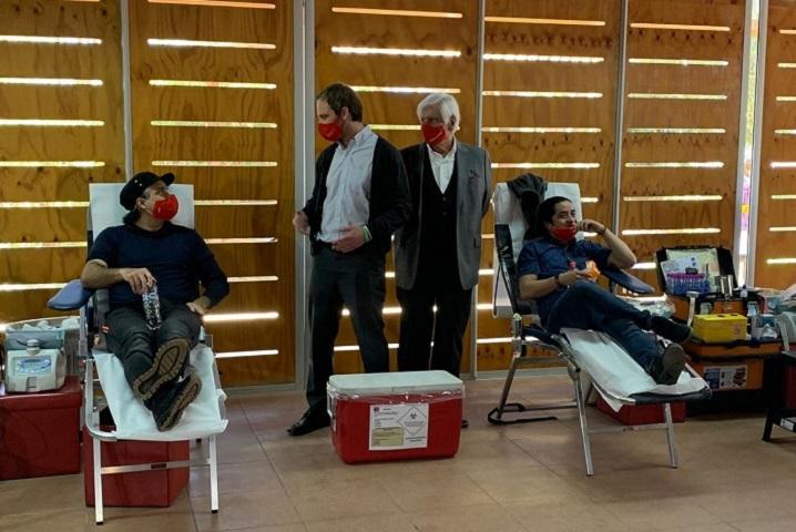 Fernando González y Fernando Godoy donando sangre