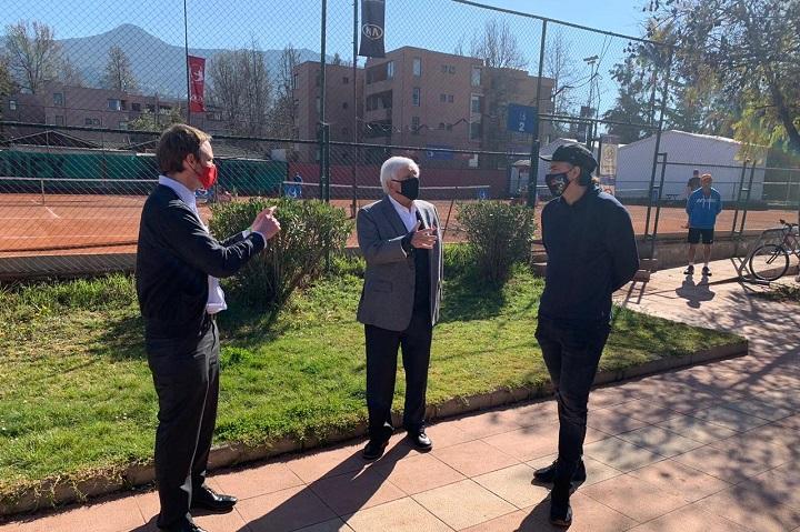 El subsecretario de Redes Asistenciales, Arturo Zúñiga, el alcalde de Vitacura, Raúl Torrealba y el tenista Fernando González conversando en la escuela de este último
